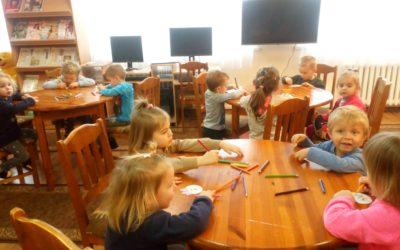 Najmłodsze przedszkolaki w bibliotece.